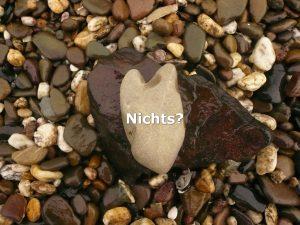 Mehrere Steine am Ufer, mit dem Wort Nichts, mit Fragezeichen