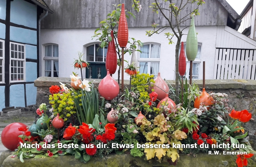 Dekorativer Blumenkübel im Frühjahr