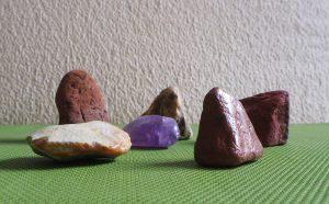 Verschiedene Steine auf einer grünen Unterlage