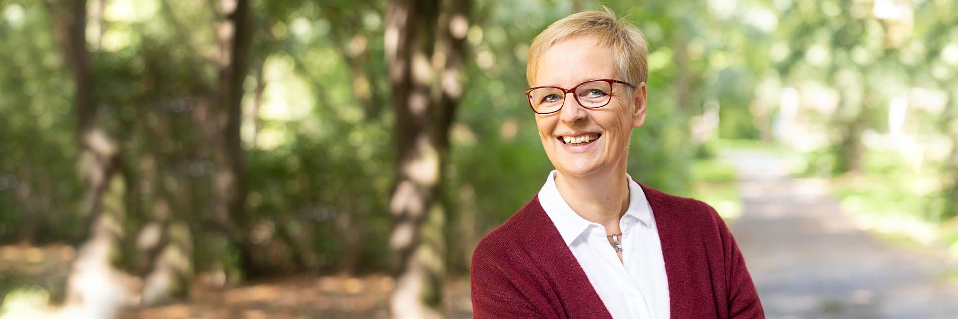 Christine Jung Portrait im Grünen | Frei-Räume